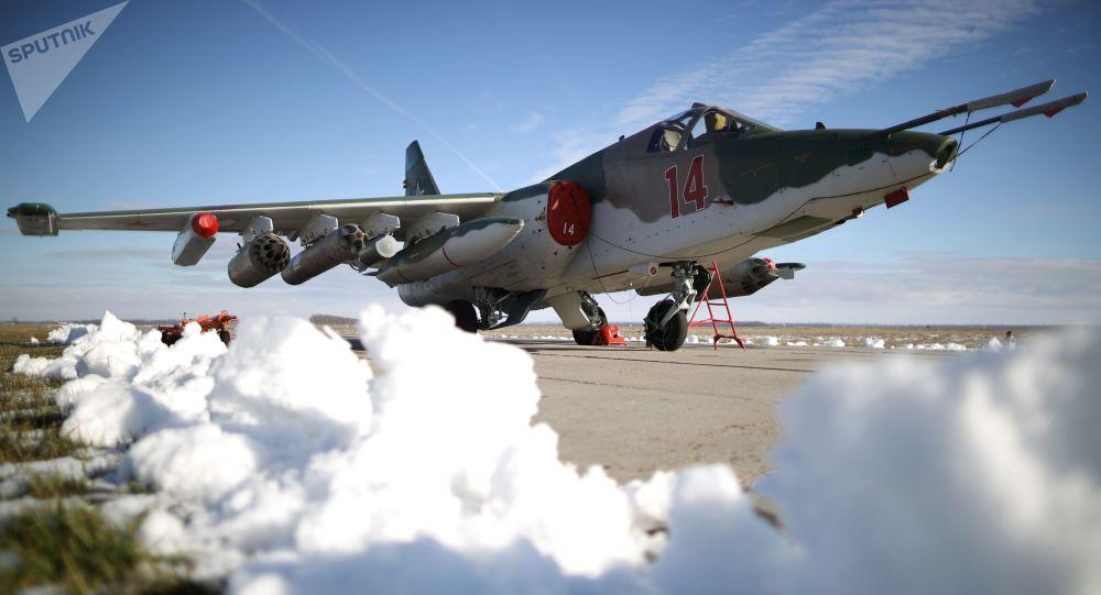 Avião de combate russo Su-25SM3, preparado para os exercícios táticos de voo no território de Krasnodar, no sul da Rússia