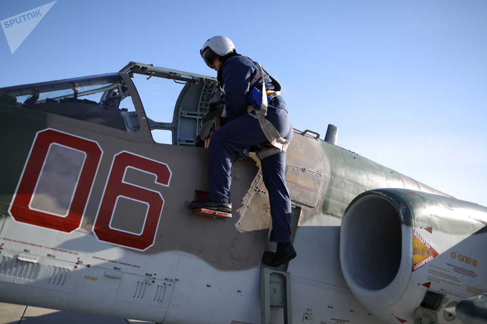 Piloto entrando na cabine do avião Su-25SM3, antes do início dos exercícios de voo tático no território de Krasnodar, sul da Rússia