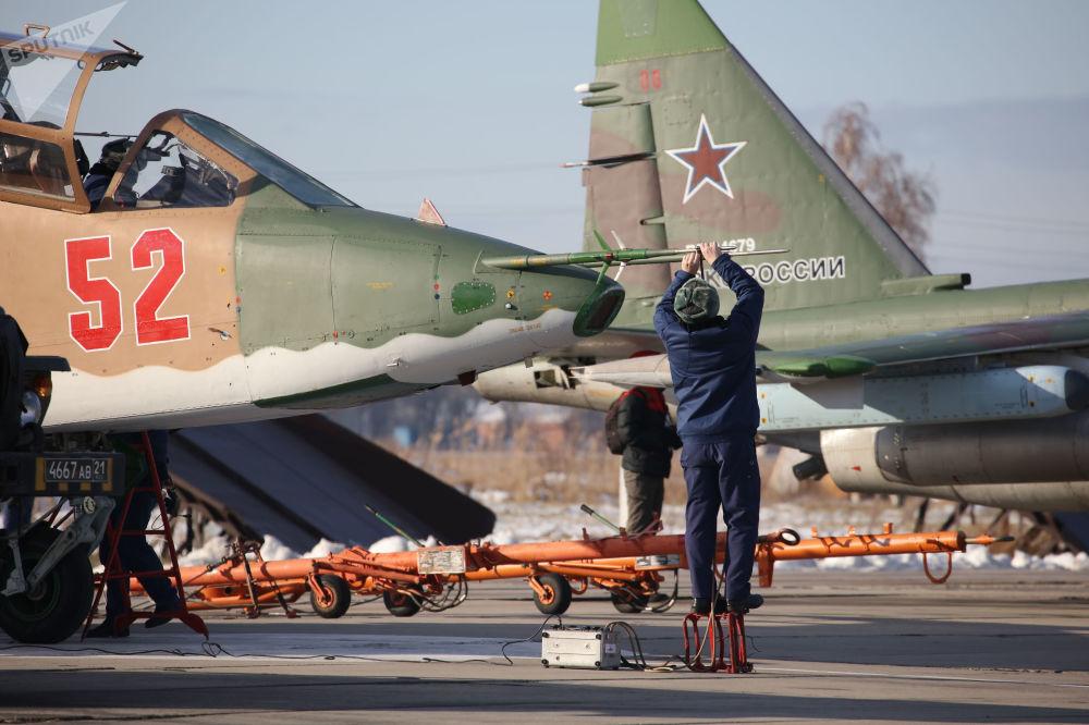 Especialistas preparam aeronave russa Su-25SM3 para o início dos treinamentos de voo tático no território russo de Krasnodar