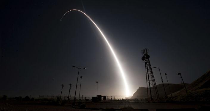 Míssil balístico intercontinental Minuteman 3 sendo lançado durante teste operacional, na base aérea americana de Vandenberg, nos EUA