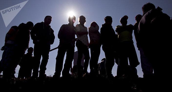 Pessoas perto da explosão do oleoduto da Pemex tentando encontrar parentes desaparecidos
