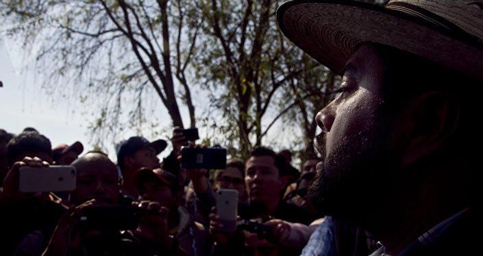Juan Luis Lomelí Plascencia, subsecretário do governo de Hidalgo, fala com familiares das vítimas da explosão do oleoduto da Pemex