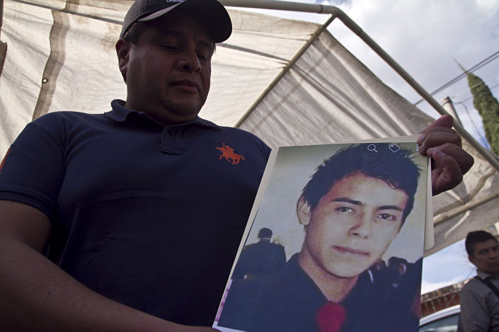 Irmão mostra foto de Cesar Uriel Peña Linares, de 23 anos, desaparecido depois da explosão do oleoduto da Pemex