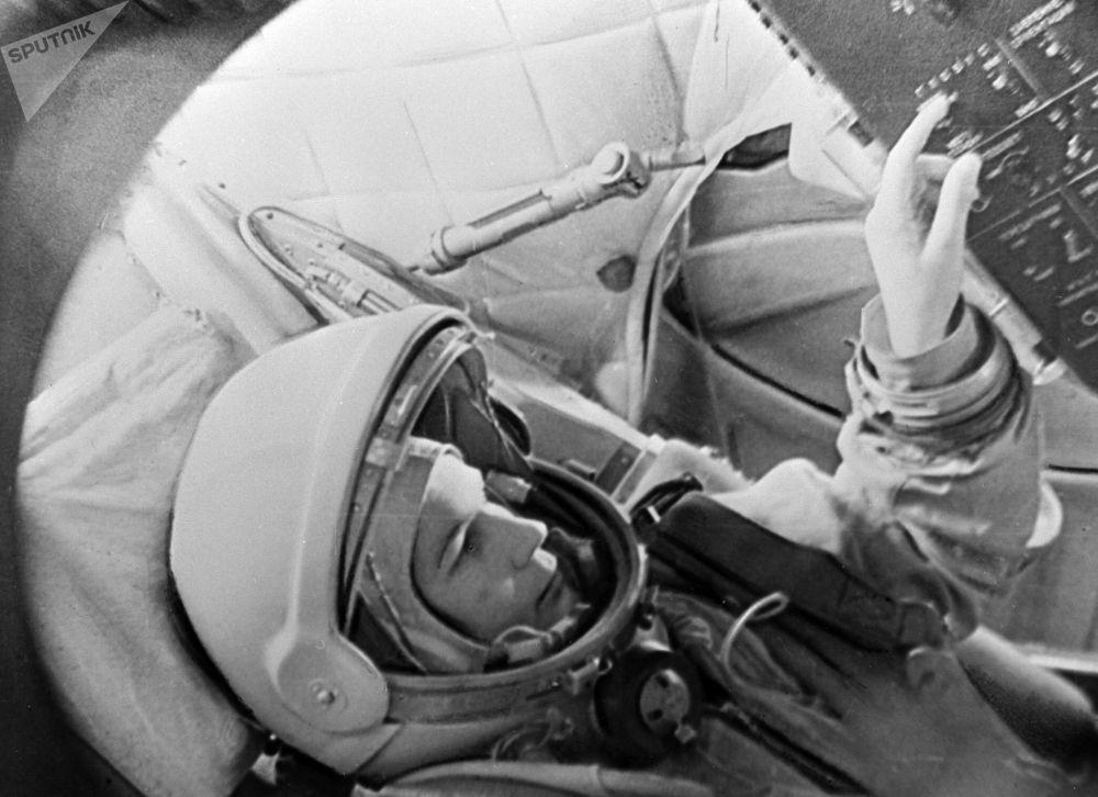 Valentina Tereshkova treina no simulador da espaçonave Vostok