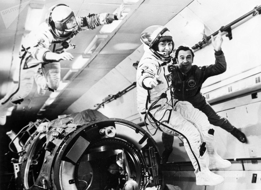 Cosmonautas Leonid Popov, Aleksandr Serebrov e Svetlana Savitskaya durante um treinamento com ausência de gravidade