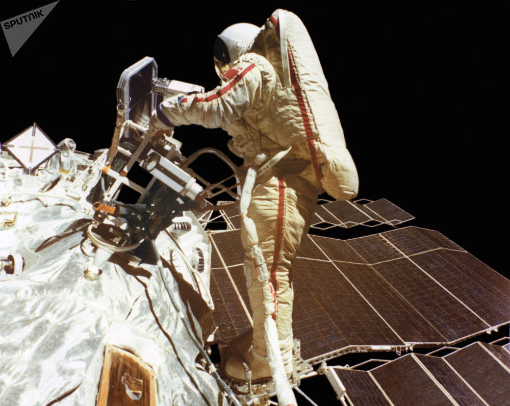 A segunda mulher a ir ao espaço, a cosmonauta soviética Svetlana Savitskaya em espaço aberto
