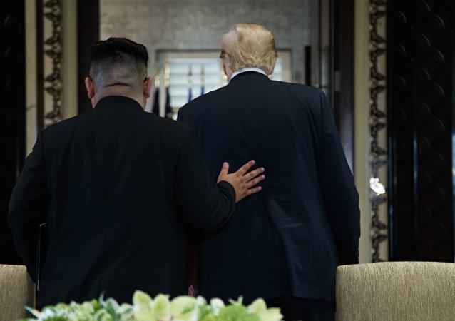 O presidente Donald Trump e o líder norte-coreano Kim Jong Um participante de uma cerimônia de assinatura durante uma reunião na ilha de Sentosa (arquivo)