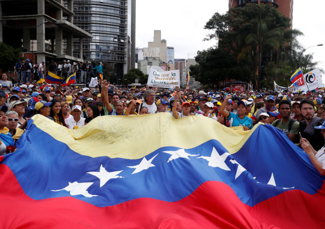 Militantes da oposição durante manifestação contra o presidente venezuelano, Nicolás Maduro, em Caracas, Venezuela