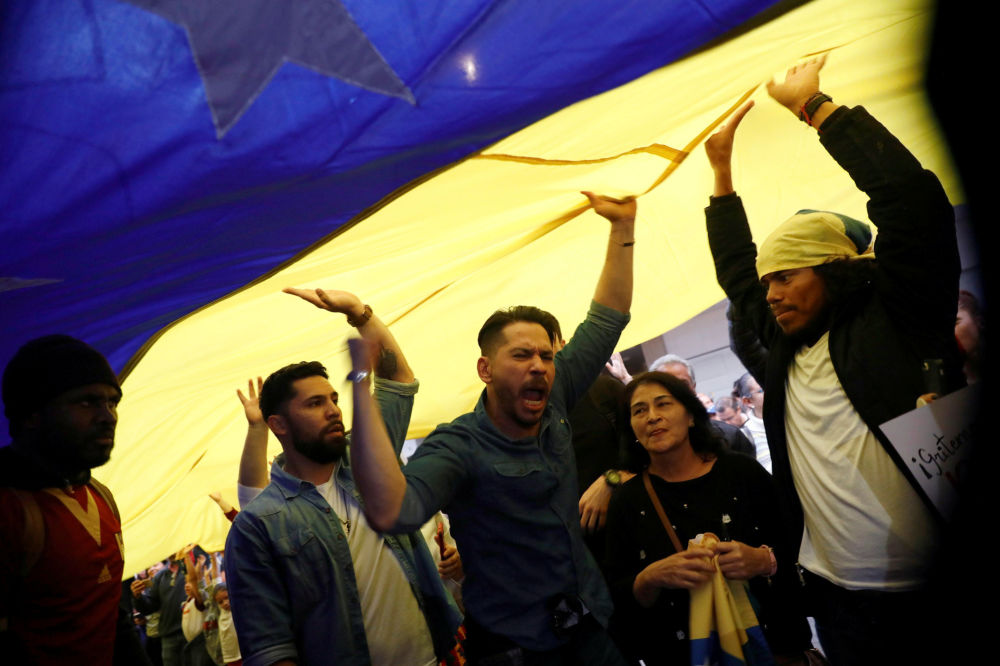 Manifestantes seguram bandeira venezuelana durante protesto em apoio ao líder da oposição venezuelana, Juan Guaidó, no México