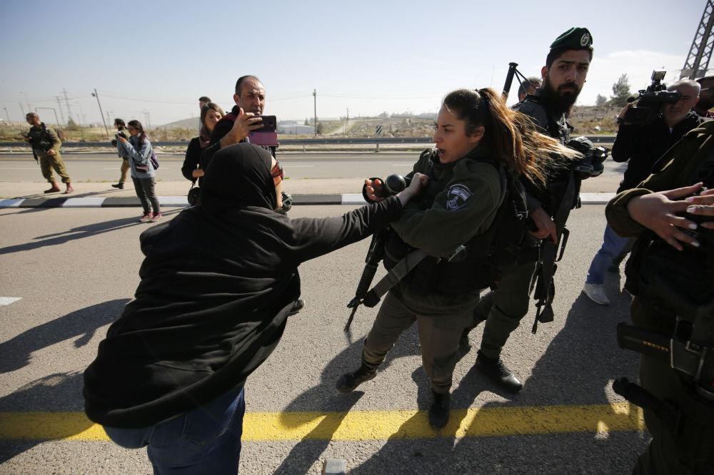 Protestos contra a rota, conhecida como estrada do apartheid, por causa da separação das faixas para motoristas israelenses e palestinos, na Cisjordânia, em 23 de janeiro de 2019