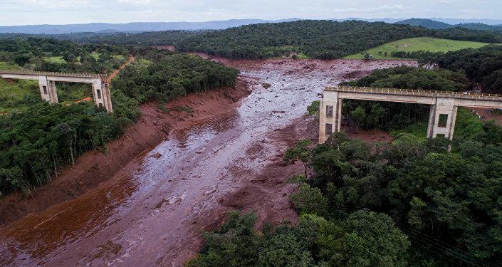 Vista aérea mostra ponte desmoronada causada por inundações provocadas pelo colapso de uma barragem perto de Brumadinho, Brasil, 25 de janeiro de 2019