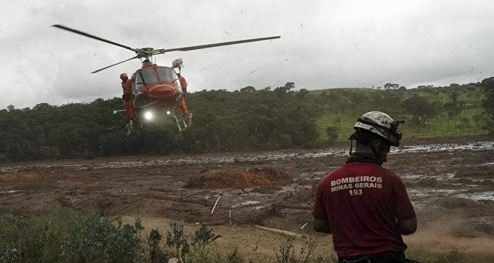 Helicóptero pousa em um local para resgatar um corpo que foi encontrado na lama depois do rompimento de uma barragem perto do município de Brumadinho, Brasil, 26 de janeiro de 2019