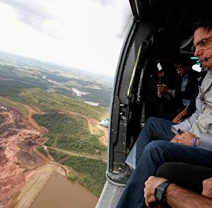 Bolsonaro sobrevoa área atingida pela lama da barragem da Vale em Brumadinho.