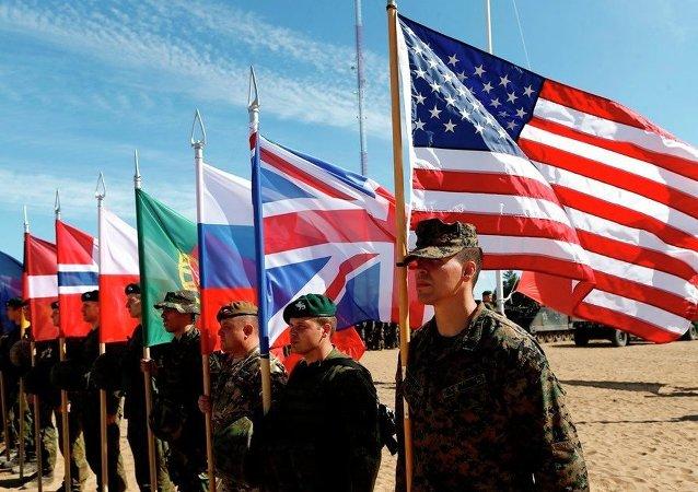 Soldados dos países membros da OTAN em cerimônia de abertura dos exercícios militares