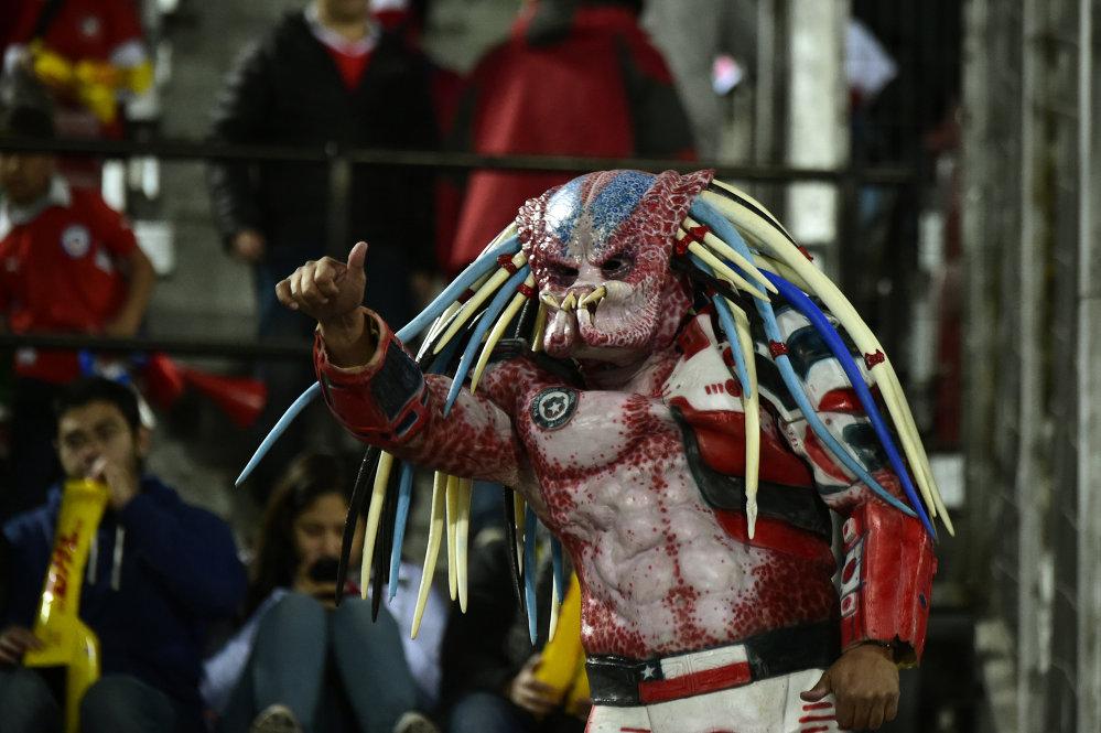 Um torcedor do Chile durante a cerimônia de inauguração da Copa América no Estadio Nacional de Santiago, no Chile, em 11 de junho