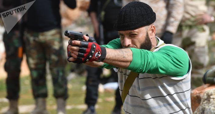 Preparação de militares sírios ministrada por especialistas militares da Rússia em campo de treinamento na Síria