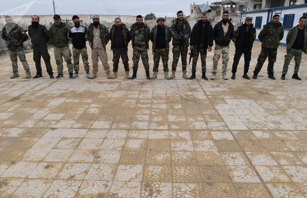Militares e combatentes milicianos sírios durante uma sessão de treinamento dirigida por especialistas militares russos em um campo de treinamento na Síria