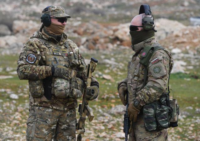 Especialistas militares russos realizam treinamentos de militares sírios