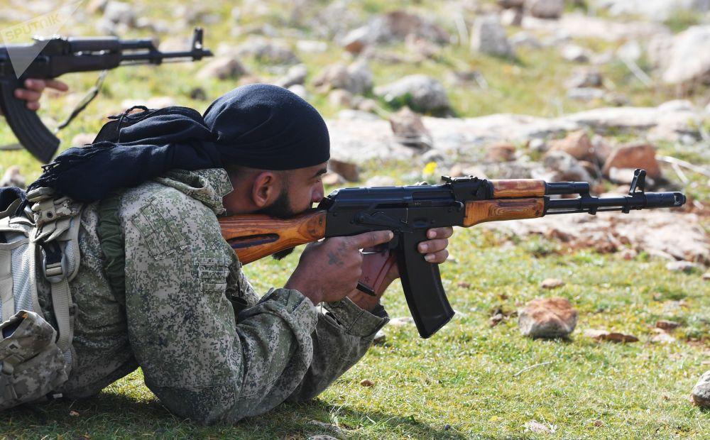 Especialistas russos ensinam combatentes sírios durante exercícios na Síria