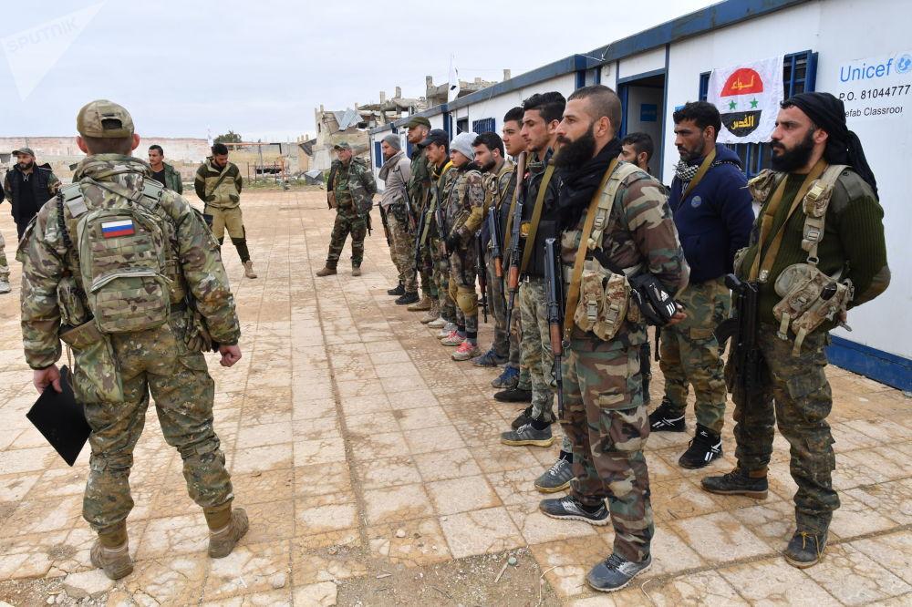 Combatentes sírios durante treinamentos lecionados por especialistas militares da Rússia, na Síria