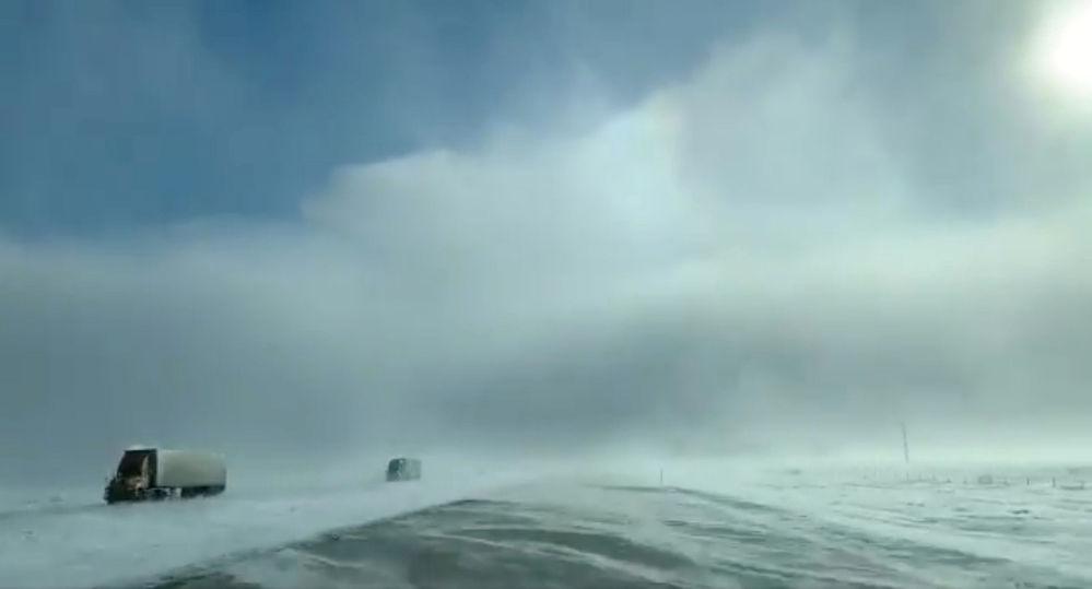 Caminhões durante nevada forte perto de Fargo, em Dakota do Norte, EUA
