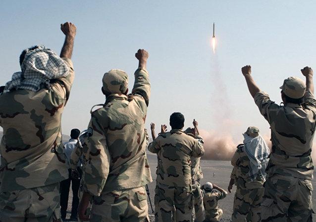Militares iranianos celebram o lançamento de um míssil durante manobras