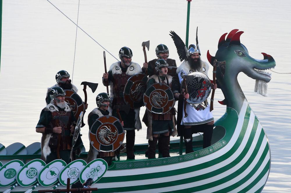 Membros do festival viking Up Helly Aa, cantam em barco que será incendiado em Lerwick, Shetland (Escócia), em 29 de janeiro de 2019