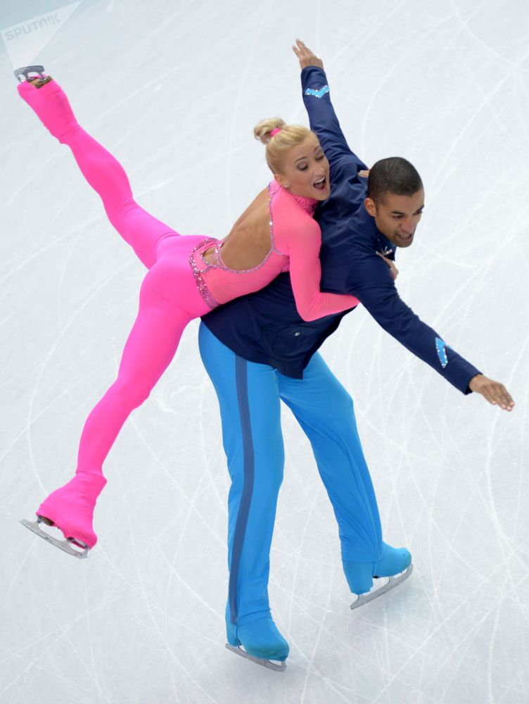 Alyona Savchenko e Robin Sholkovy (Alemanha) se apresentam nos Jogos da XXII Olimpíada de Inverno em Sochi, Rússia