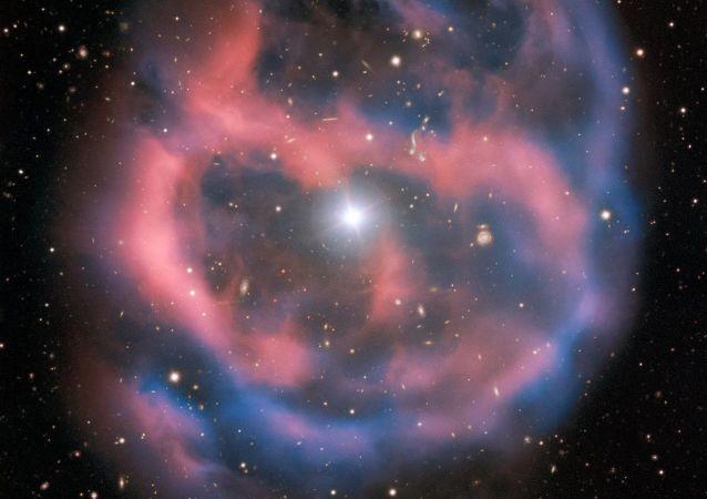 Brilho transitório fraco emitido pela nebulosa planetária ESO 577-24