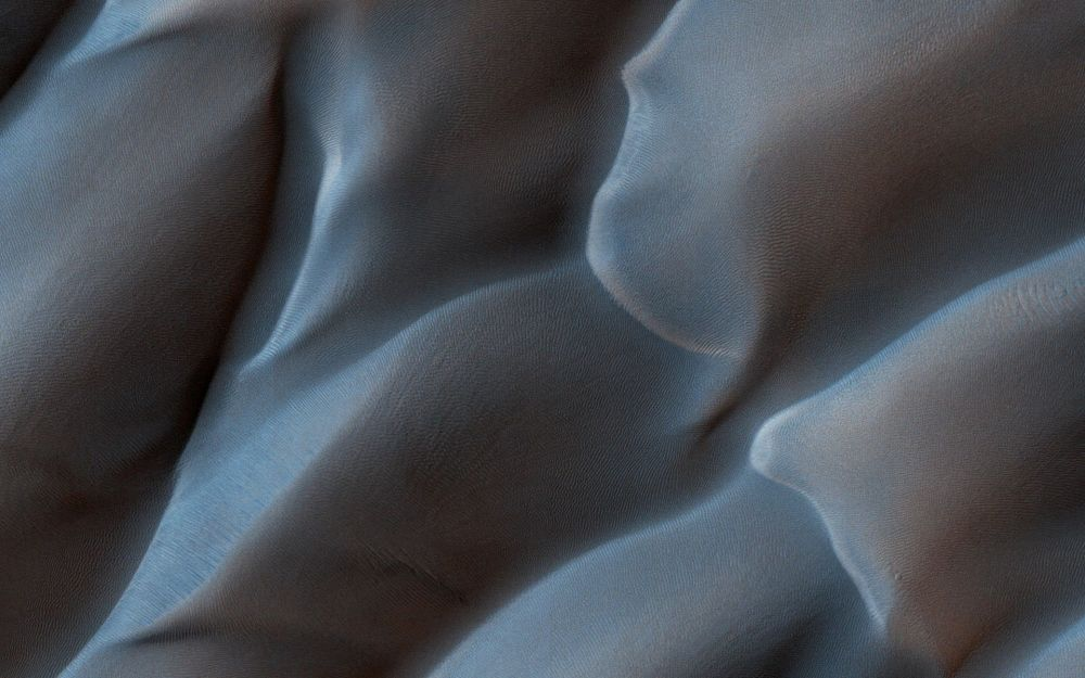 Dunas de areia formadas pelos ventos fortes na superfície do Planeta Vermelho; sonda marciana conseguiu captar o momento