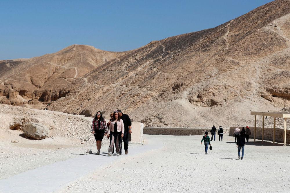 Turistas passeiam perto da tumba do faraó Tutancâmon na cidade egípcia de Luxor