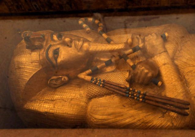 O sarcófago dourado do faraó Tutancâmon que faleceu ainda na adolescência