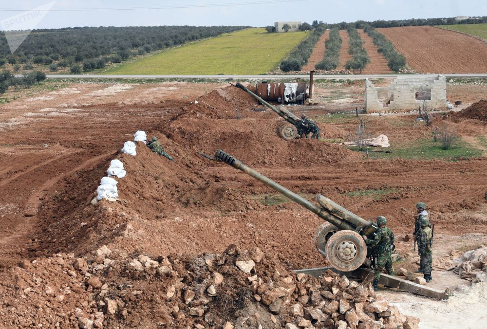 Soldados sírios preparam obuseiros para exercícios de fogo
