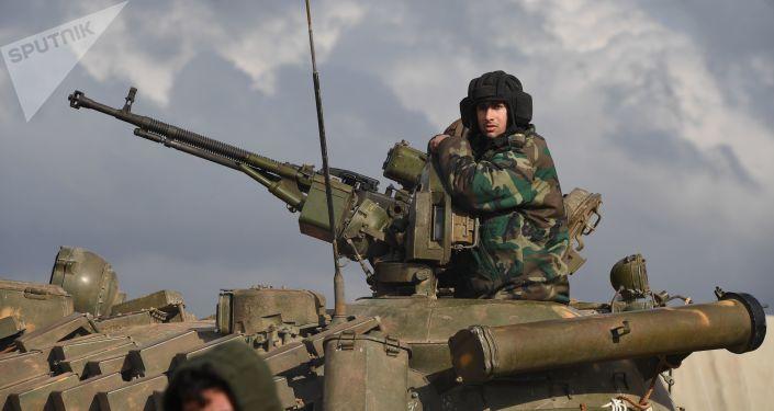Tanque com um soldado, que estava participando de treinamento militar na província síria de Aleppo