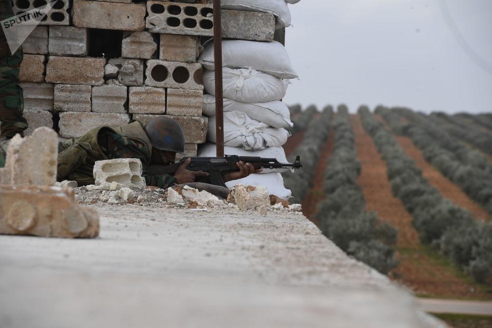 Soldado sírio aponta arma durante treino na província de Aleppo