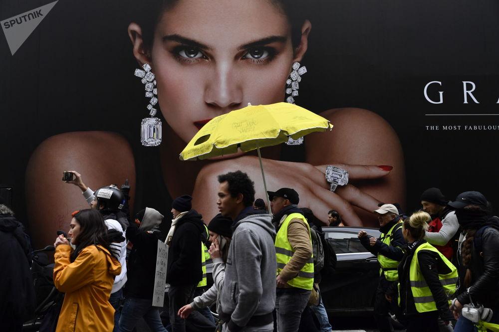 Manifestantes em protestos dos coletes amarelos em Paris