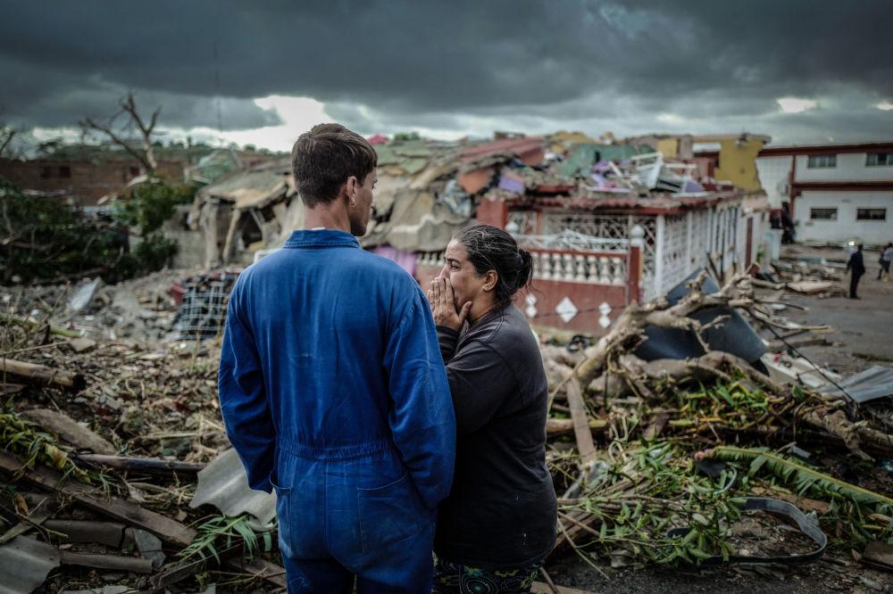 Moradora de Havana chora perante sua casa destruída em resultado do tornado, em 28 de janeiro de 2019