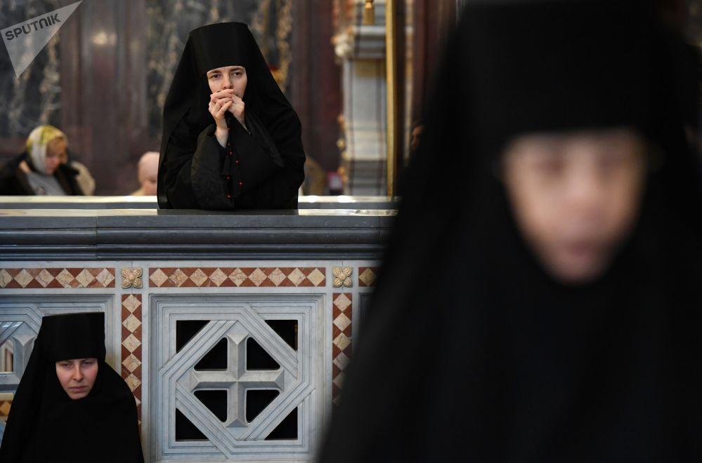 Freiras depois da liturgia liderada pelo Patriarca russo Cirilo no Catedral de Cristo Salvador, em Moscou