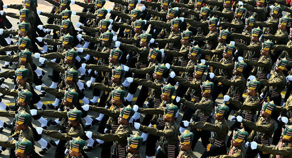 Exército indiano desfilando em Nova Deli durante a parada do Dia da República, 26 de janeiro de 2019
