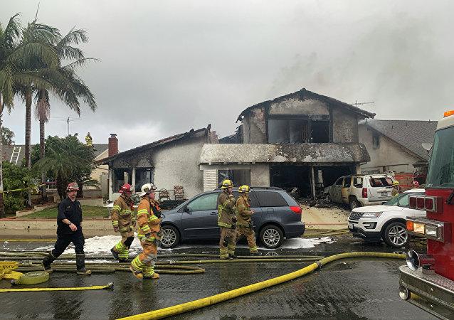 Bombeiros trabalham no local de um acidente aéreo envolvendo um avião bimotor Cessna 414A em uma zona residencial na cidade de Yorba Linda, na Califórnia, em 3 de fevereiro de 2019.