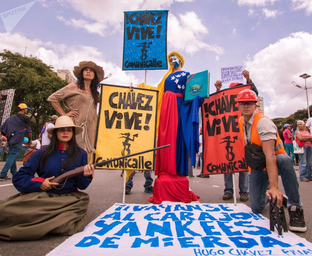 Manifestantes com cartazes em manifestação a favor do Presidente da Venezuela Nicolás Maduro