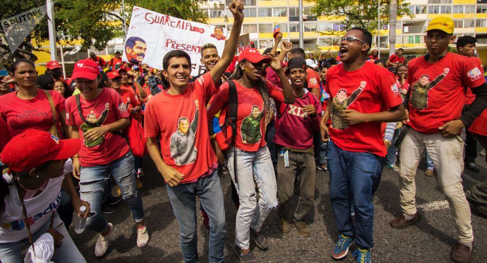 Venezuelanos se reúnem nas ruas de Caracas para se manifestar a favor de Nicolás Maduro