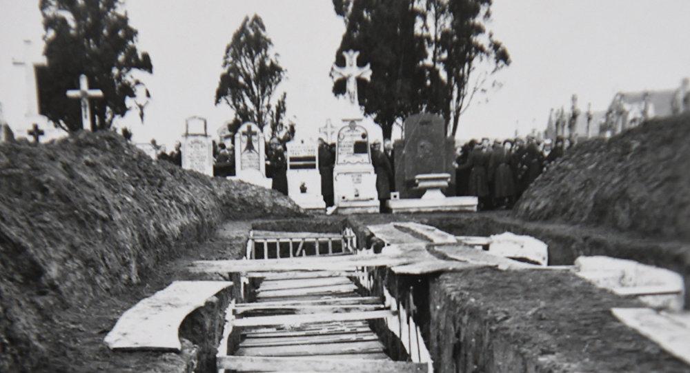 Reprodução de fotografia mostra caixões após o massacre de Ascq (no norte da França) em 1944, durante a Segunda Guerra Mundial, 5 de dezembro de 2018