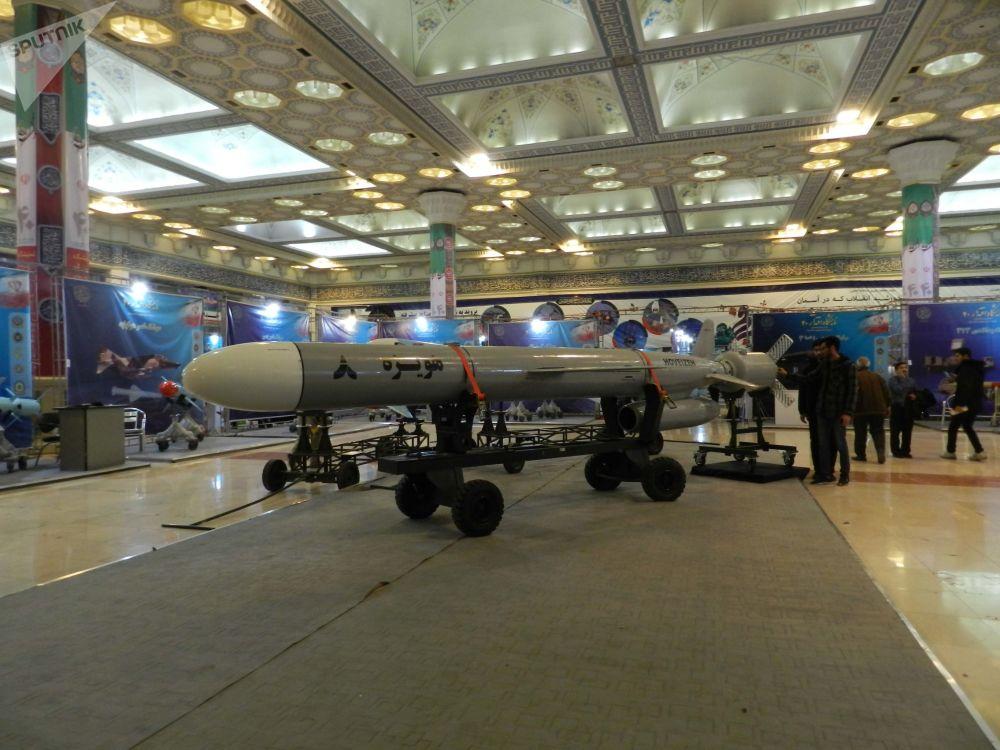 O míssil de cruzeiro Howeyzeh 8 de longo alcance (mais de 1.350 km) da classe terra-terra tem a capacidade de eludir os radares, manobrar rapidamente, voar a baixa altitude e também possui alta precisão de navegação e destruição de alvos