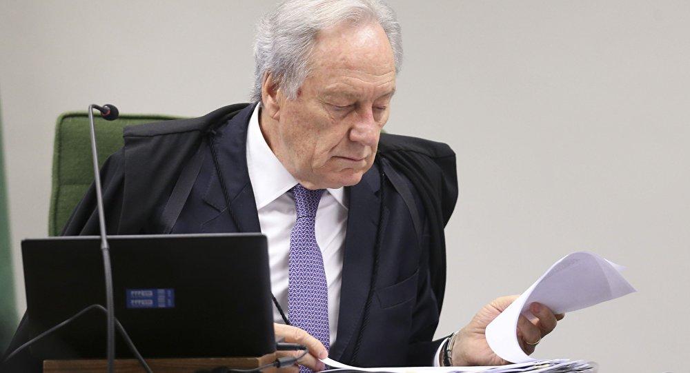 O presidente da Segunda Turma do STF, Ricardo Lewandowski, durante sessão plenária para julgamento de recurso que questiona a liberdade concedida a José Dirceu, e inquérito contra o senador Aécio Neves, entre outros processos.