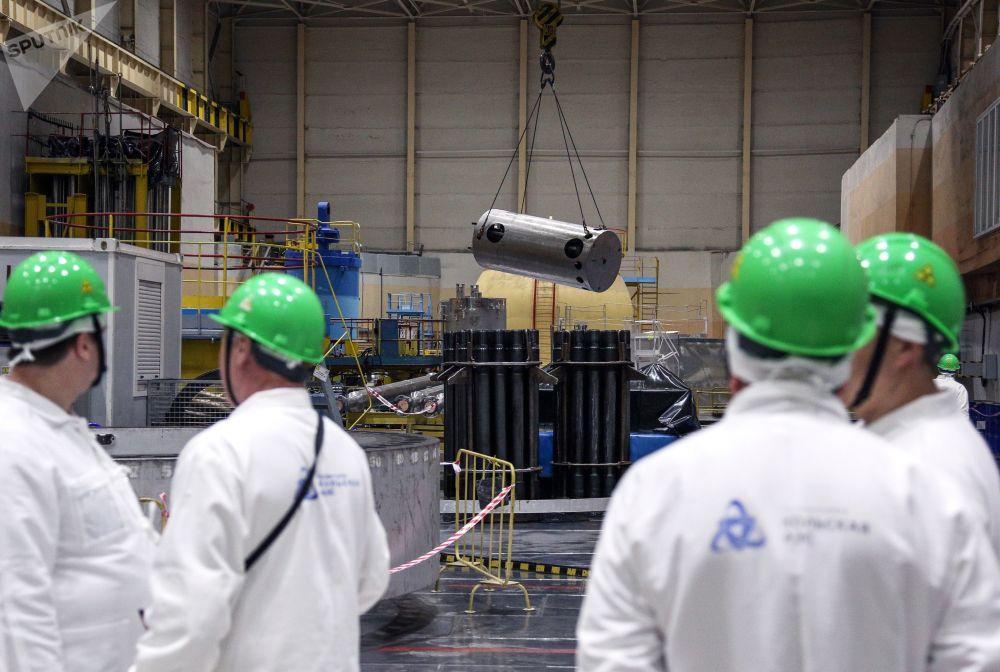 Trabalhadores da empresa russa Rosenergoatom na sala principal da usina nuclear de Kola, na região de Murmansk (Rússia)