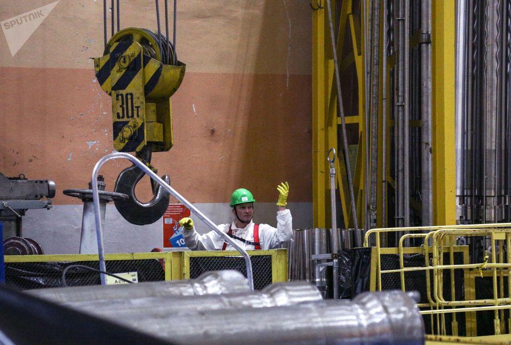 Empregados da empresa russa de operações nucleares, Rosenergoatom, trabalhando na sala das turbinas da usina nuclear situada na península de Kola, no Extremo Norte da Rússia