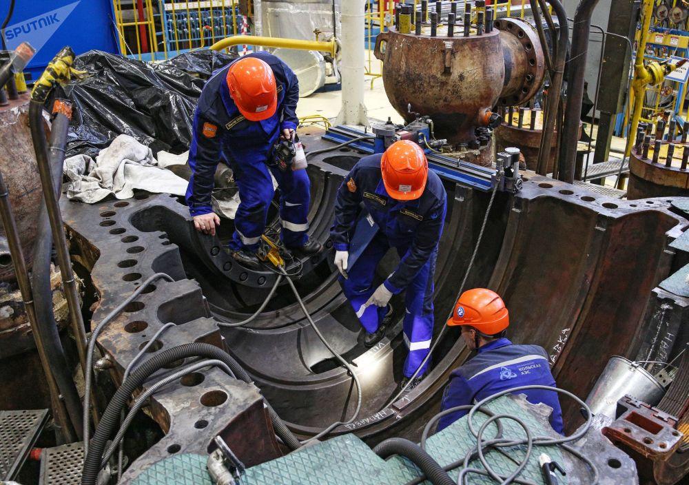Funcionários da companhia russa Rosenergoatom realizam trabalhos de revisão em unidades da usina nuclear de Kola, na Rússia