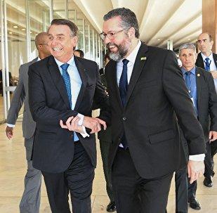 Presidente Jair Bolsonaro ao lado do chanceler Ernesto Araújo