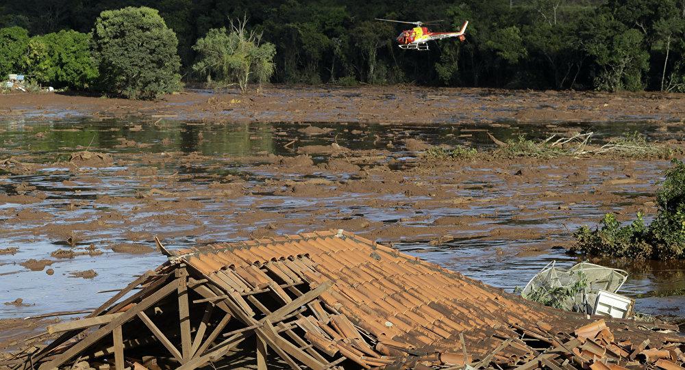 Helicóptero dos Bombeiros sobrevoando área depois do rompimento de barragem em Brumadinho (MG)